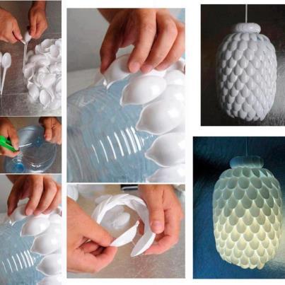 Lámpara reciclada con cucharas de plástico